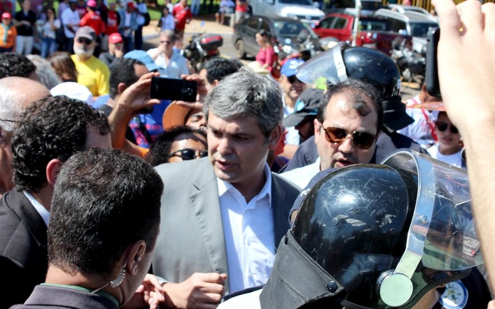 Senador Lindbergh Farias (PT- RJ) negocia com a polícia a liberação dos manifestantes que aguardam na Catedral